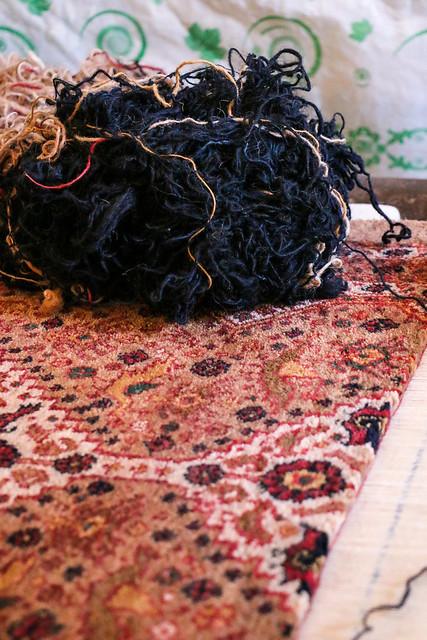 Weaving Qashqai carpet, Firuzabad, Iran フィールーズ・アーバード、製作中のカシュガイ族カーペット