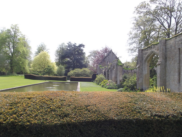 Nature walk sudeley castle gardens tithe barn and for Castle gardens pool