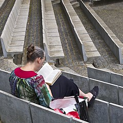 Woman reading at the Calouste Gulbenkian Garden