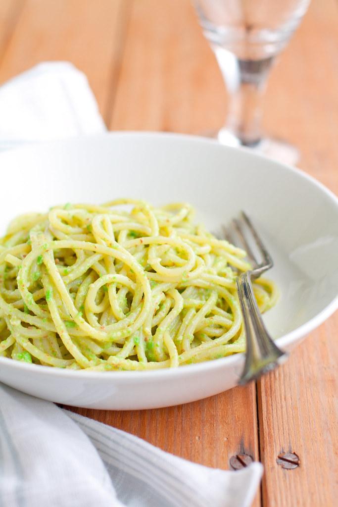 Spaghetti al pesto di piselli limone e bottarga