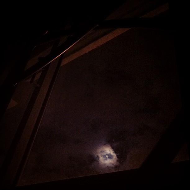 Da minha janela vejo a lua.