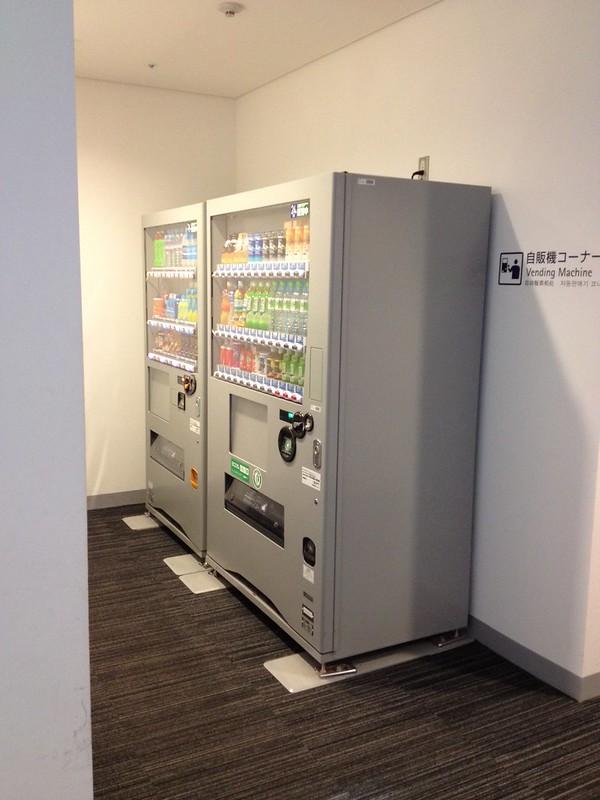 トイレ入口横の自動販売機 by haruhiko_iyota