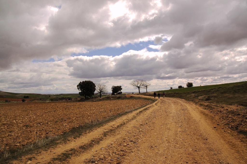11. Nubes de tormenta en Bercianos del Real Camino. Autor, Luis Echanove