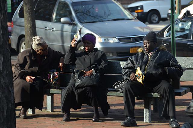 Ancianos del Bronx de Nueva York sentados al sol