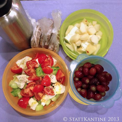 StattKantine 19. November 2013 - Mozzarella-Tomaten-Salat, Trauben, Schinkenbrot