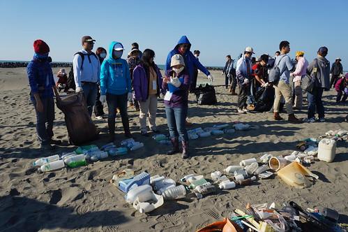 志工將寶特瓶、塑膠製品等廢棄物進行排列、清算數量。