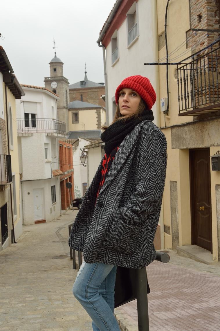 lara-vazquez-madlula-streetstyle-casual-look-red-beanie