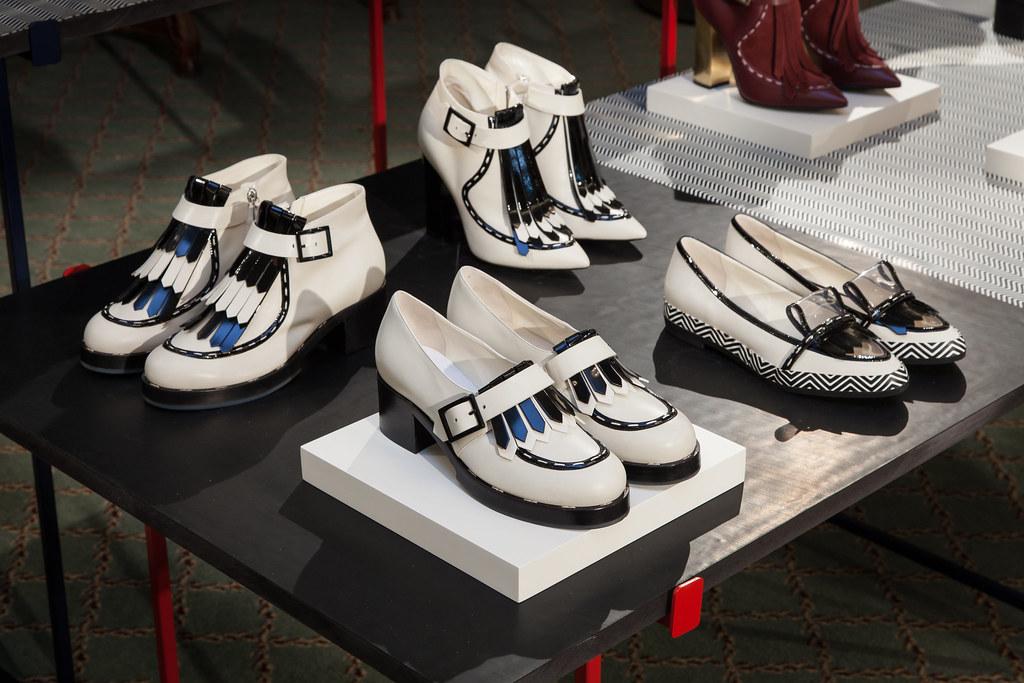 Pantofi si ghete albi albastri cu toc marca Pollini, balerini street fashion Pollini by Nicholas Kirkwood