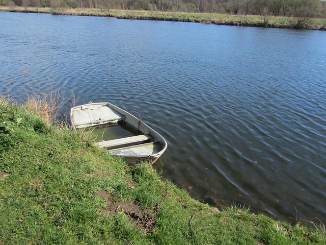 Ruderboot in Top-Zustand. Wasserstand innen und außen identisch.