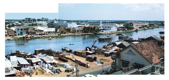 SAIGON 1964-65 - Ben Nghe Canal - Hình ghép (1).  Bên này là Bến Chương Dương, bên kia là Bến Vân Đồn.