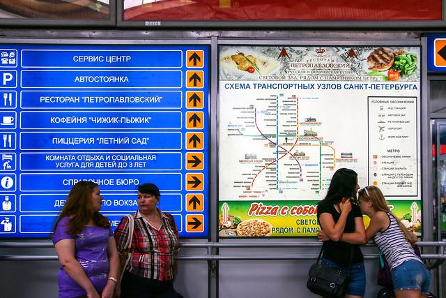 People in Moskovsky railway station, Saint Petersburg, Russia サンクトペテルブルク、モスクワ駅の人々