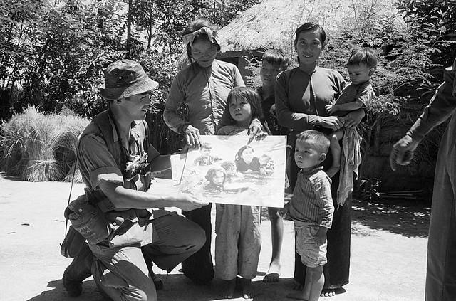 30-7-1966 - Nhiếp ảnh gia Kyoichi Sawada gặp lại các nhân vật trong bức ảnh đoạt giải Pulitzer của ông