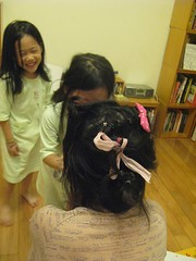 20091022-五歲三個月幫媽媽亂綁頭髮-1