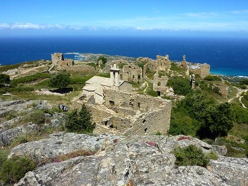 L'ensemble des ruines au-dessus de la mer