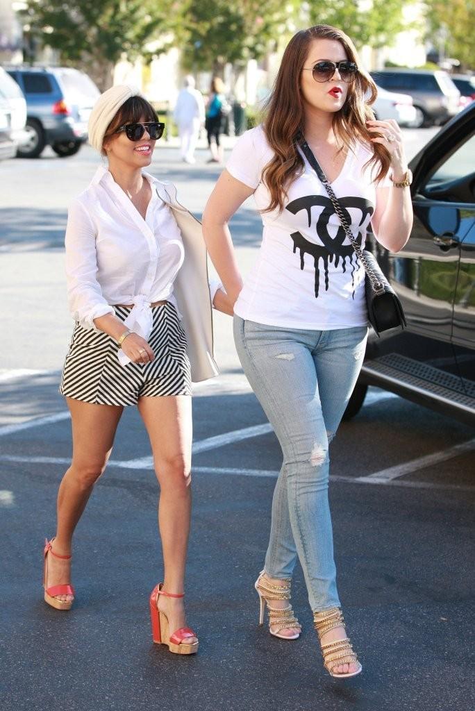 khloe-kardashian-ralphs-calabasas-california-boy-chanel-lambskin-flap-bag-giuseppe-zanotti-chain-link-detail-sandals