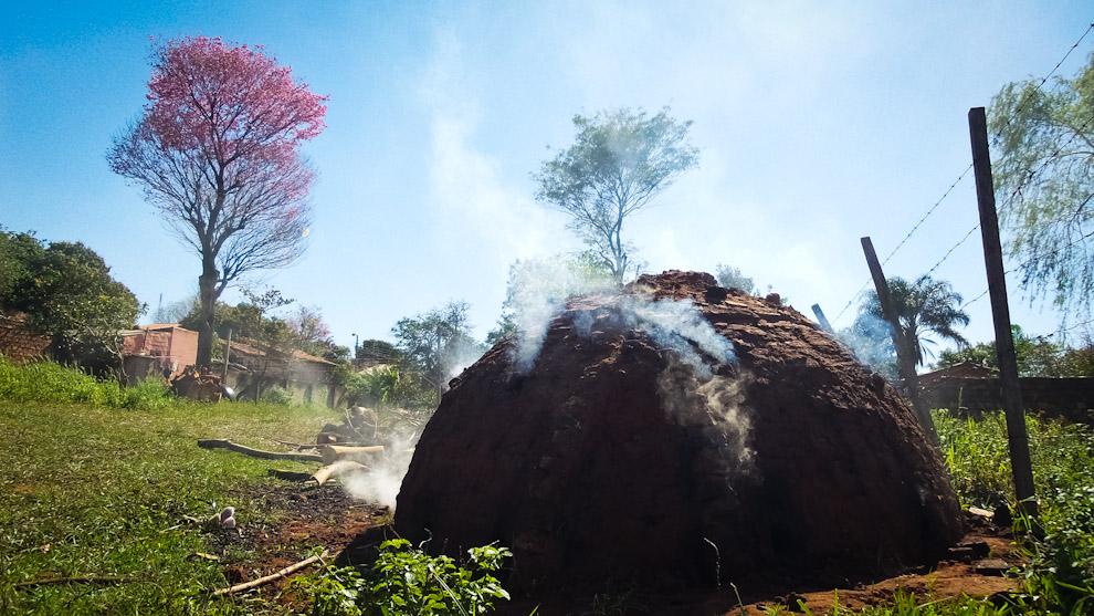 Un tatakúa totalmente cerrado y ardiendo por dentro durante 3 días, en el interior, se va procesando lo que resultaría el carbón vegetal, hecho con madera de Lapacho (Elton Núñez).