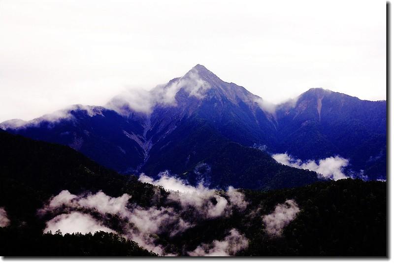 中央尖山(審馬陣草原南望) 2