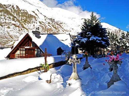 cementerio nevado de uno de los pueblos situados a los pies de la estación de esquí de Baqueira Beret