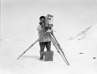 An Innu with Mr. George Valiquette's movie camera (Hudson Strait Expedition), Wakeham Bay, Nunavik, Quebec, 1928 / Un Innu manipule la caméra de M. George Valiquette (expédition dans le détroit d'Hudson), Wakeham Bay, Nunavik (Québec), 1928