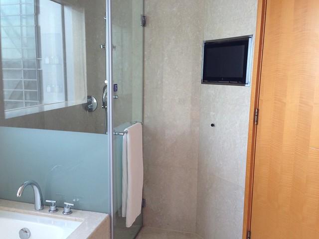 淋浴間門口有電視@台中裕元花園酒店