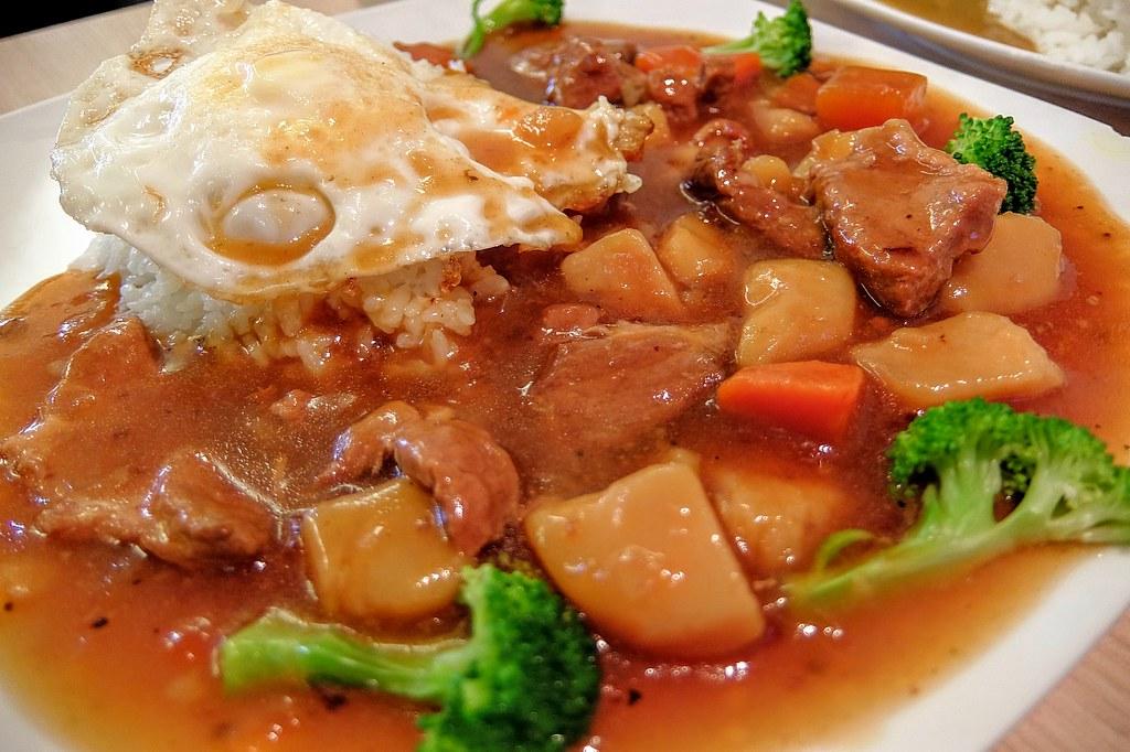 日式馬鈴薯燉肉,看起來很像香菇雞腿燉肉,搭的配料又很像咖哩飯XD 湯汁帶著一點甜味