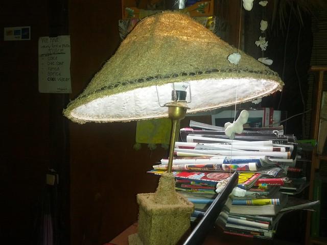 Лампа из мочалки в ресторане