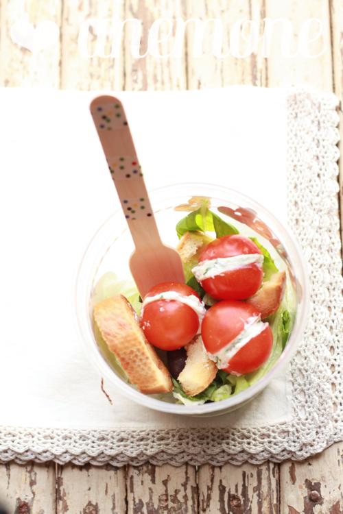 Insalata con crostini e pomodorini alla robiola e basilico
