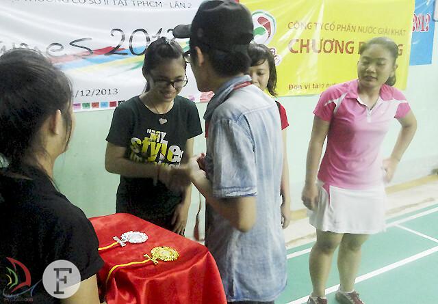 """Huy chương đồng nội dung đơn nữ trao về cho """"tân binh"""" Nguyễn Thị Hồng Hạnh – K52C"""