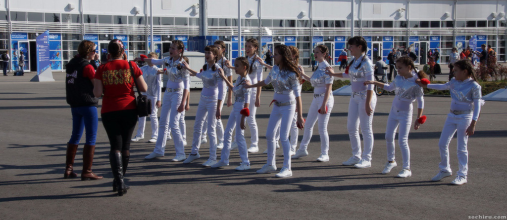 Олимпийский парк. Репетирующие девчёнки