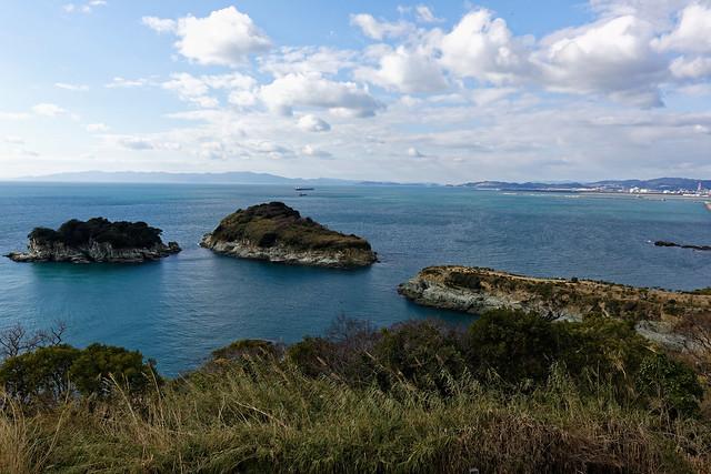 雑賀崎灯台から望む番所庭園と双子島