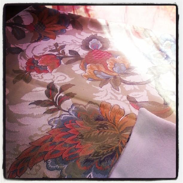 Couverture pour bébé/enfant en tissu ancien français doubler de polaire blanche terminer.  Pièce unique. 25 euros.  #couture #creation #blog #blogueuse #vintage #ourlittlefamily #france
