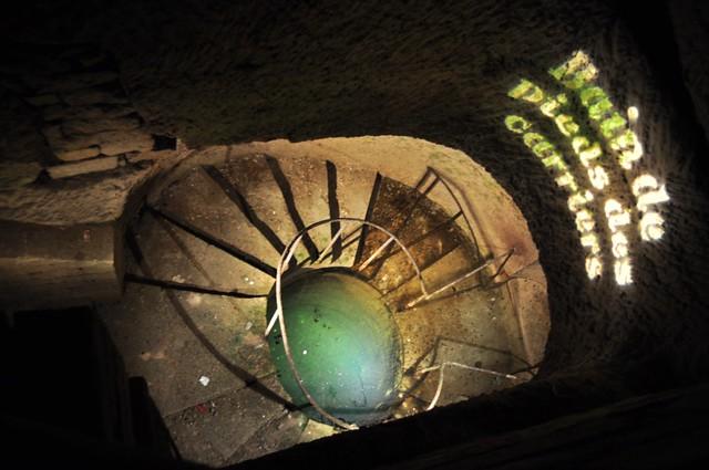 Pozo subterráneo donde se han encontrado multitud de fósiles que delatan el origen marino del subsuelo de París, ... conchas, fósiles, minerales que nos dicen que París estuvo sumergido bajo las aguas hace millones de años. catacumbas de parís - 9757205586 87982a63c4 z - Catacumbas de París, donde se guarda la historia de la ciudad.