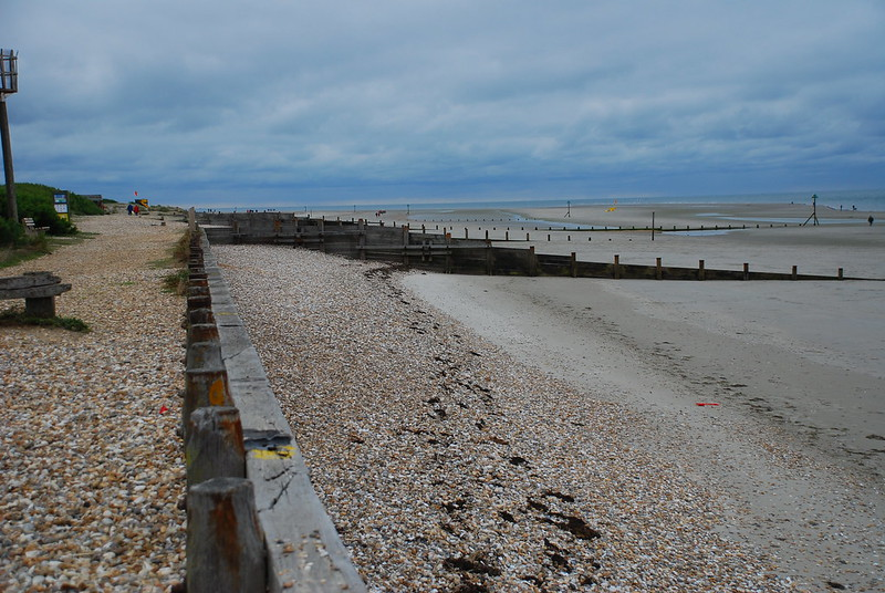 West Wittering沙灘上築有兩種方向的堤防