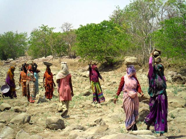 पानी सहेजने के मुहिम में लगीं ग्रामीण महिलाएँ