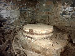 Boucle de la Tartagine : intérieur et meule du moulin ruiné