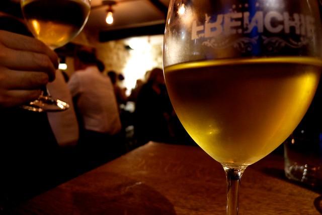 Frenchie。まずは白ワイン。