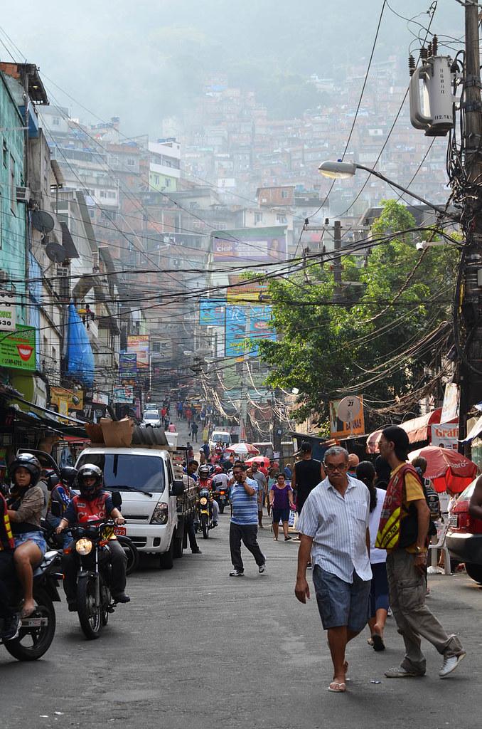 Impresionante avenida en la favela de Rocinha