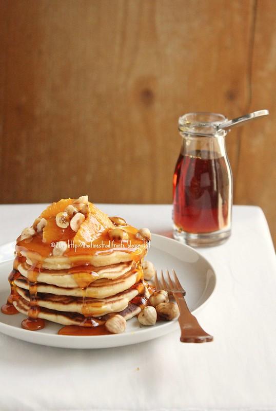 Pancakes allo yogurt con arance, nocciole e caramello liquido