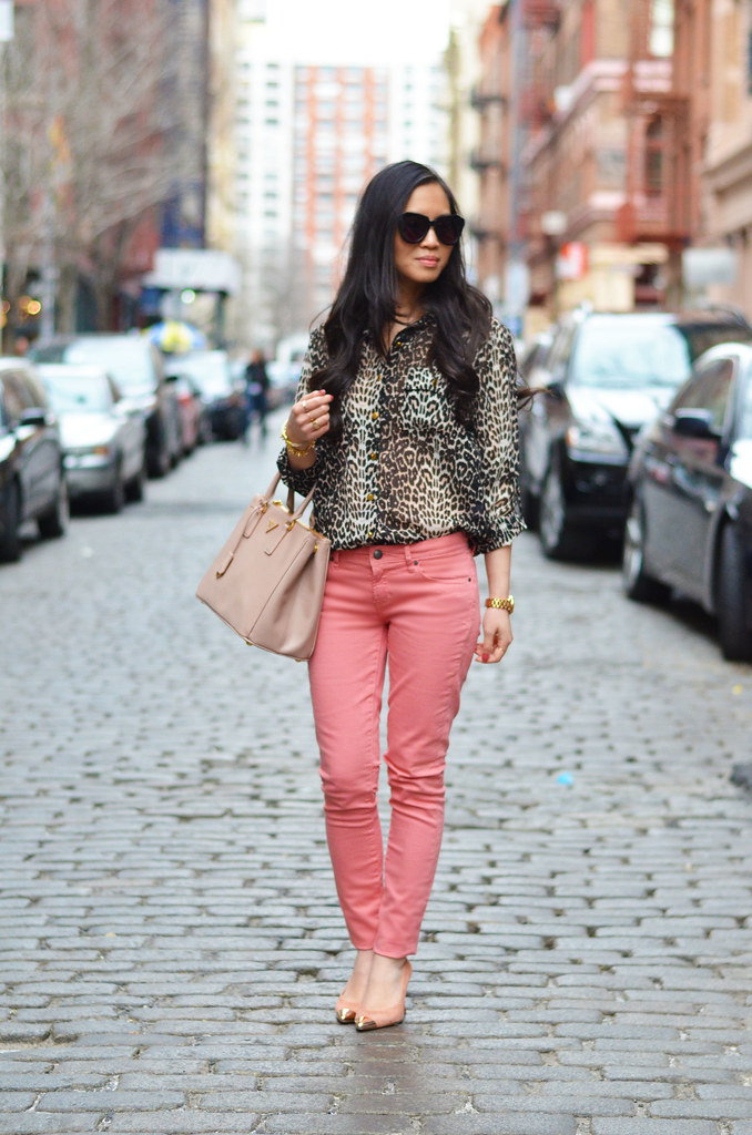Spring/Summer outfit look: leopard blouse & pink coral jeans pants
