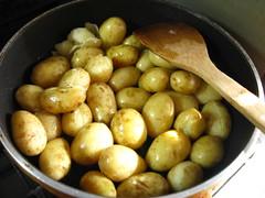 フライパンに油を熱し、じゃがいもを炒めます