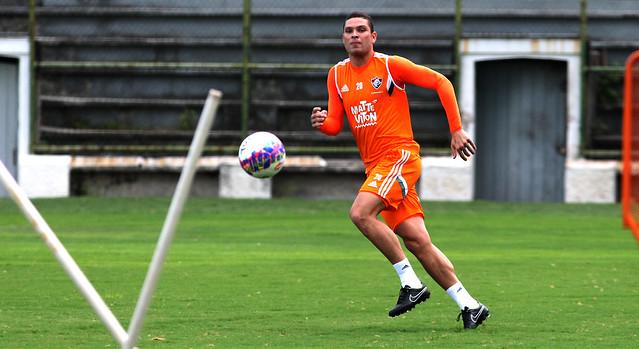 Jogadores do Fluminense fazem trabalho técnico na tarde desta quarta