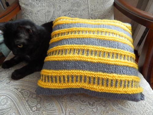 чехол на диванную подушку спицами, полосатый, связан в технике ленивого жаккарда | horoshogromko.ru