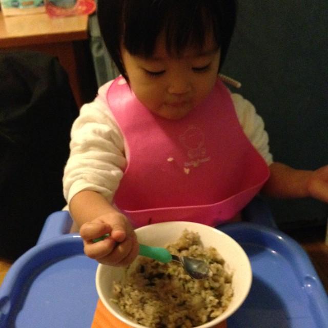 越來越會自己吃飯了!不過操作湯匙時,還是吃粥吃得好一點~(太乾的食物會用手抓)