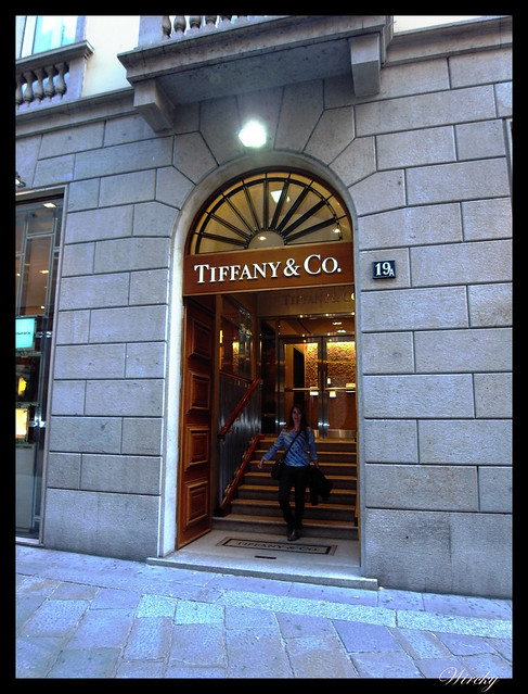 Por qué viajar a Milán - Saliendo de joyería de lujo Tiffany