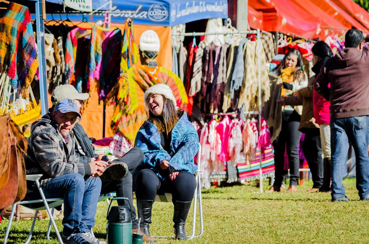 En una fría mañana del 12 de junio, los artesanos aprovecharon la salida del sol para recuperar calor y afrontar la última jornada del festival Ovecha Rague en la ciudad de San Miguel, departamento de Misiones. (Elton Núñez)