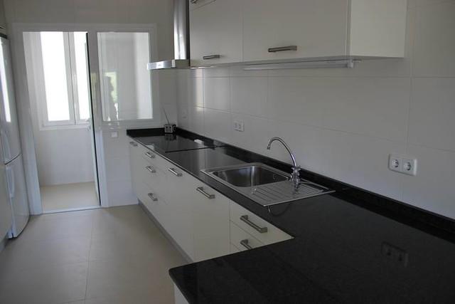 Dise o de cocinas en las rozas madrid cocina moderna - Encimera granito blanco ...