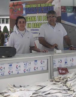 El gerente de Eguino, Andoni Ortuzar, acompañado por Lourdes García, una de las expertas dispensadoras de bacalao.