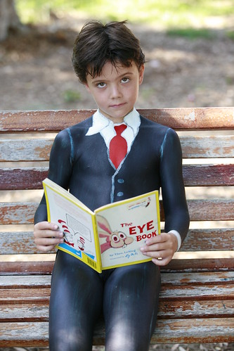 bodypainting child reading
