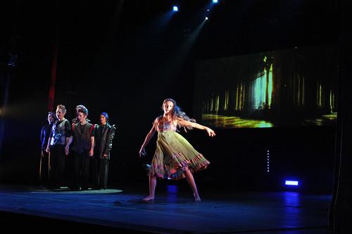 Ett av de finaste ögonblicken i föreställningen – kören som växer – dansen som förtrollar.