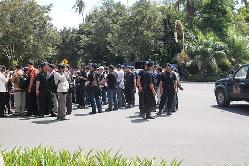 突襲會場外示威